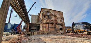 Lågdelen är riven och vi lyfter av väggar från reaktorhuset.