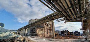 Syra- och reaktorhuset var bara någon centimeter från en väldigt känslig rörgata med all fiber och kommunikationskablar, det gjorde rivningen till en utmaning, återigen.