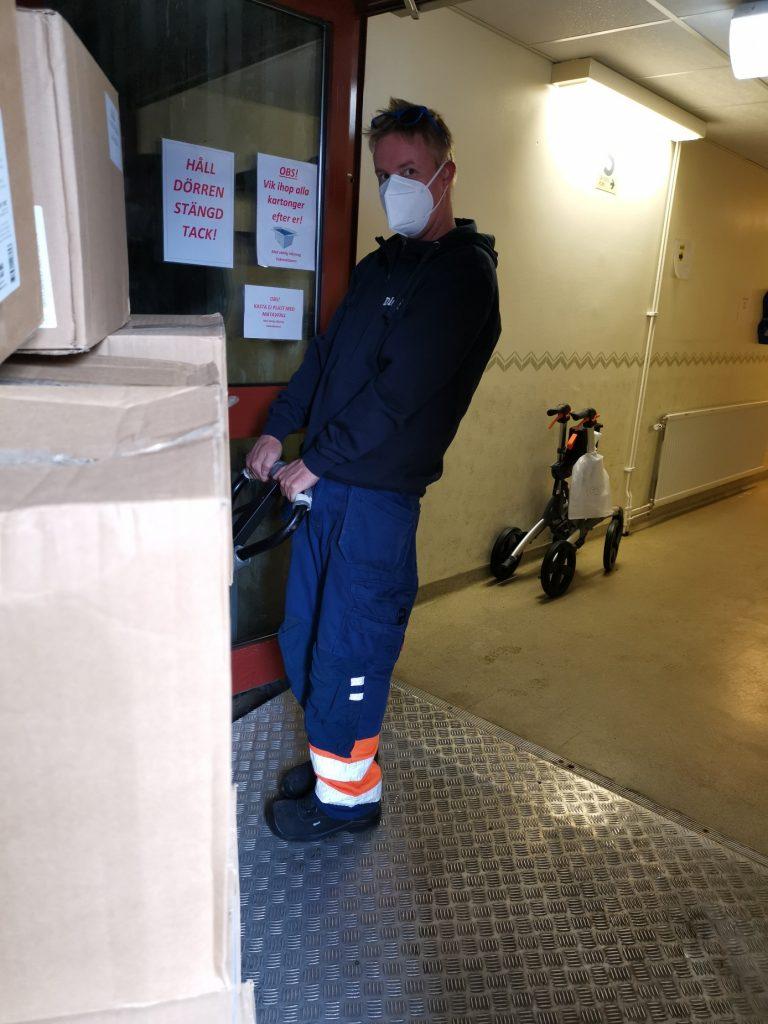Mattias levererar handsprit till omsorgen Olofströms kommun - Delete